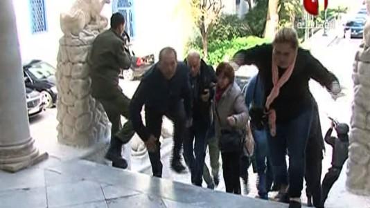 Des touriste s'échappant du Musée Bardo