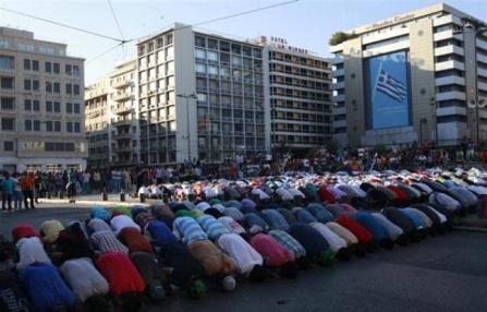 """Des manifestants musulmans à Athènes pour dénoncer le film de 2012 """"L'innocence des musulmans"""""""