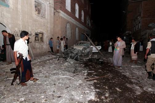 7778932598_l-attentat-a-la-voiture-piegee-dans-la-capitale-yemenite-le-29-juin-2015