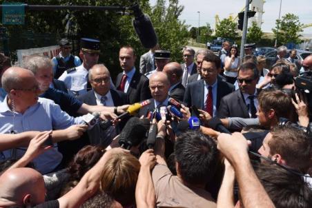 Bernard Cazeneuve, le ministre de l'Intérieur, sur les lieux de l'attentat.
