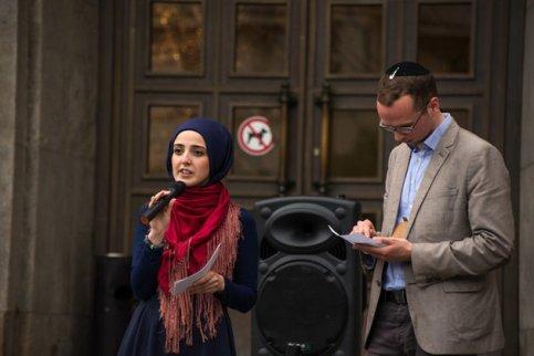 Des tenants de l'association Salaam-Shalom face à l'Hôtel de ville de Neukölln