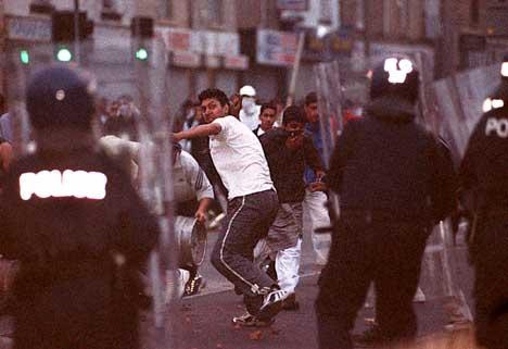 Images d'archives des émeutes de Bradford en 2001