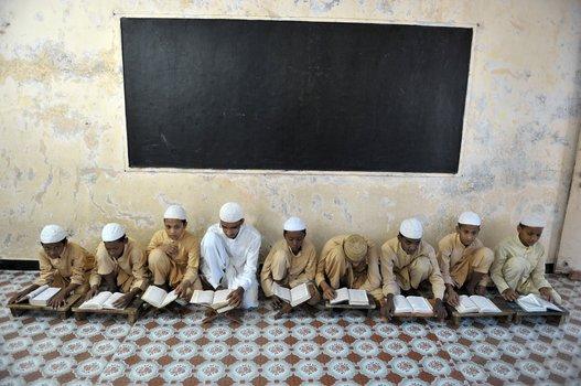 Prière dans une madrasa à l'occasion du ramadan