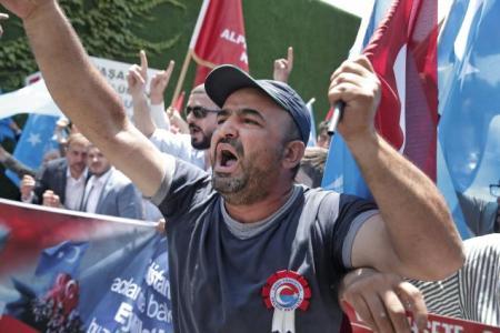 Des manifestants turcs près de l'Ambassade de Chine