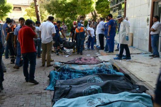 Les victimes recouvertes de l'attentat de Suruç
