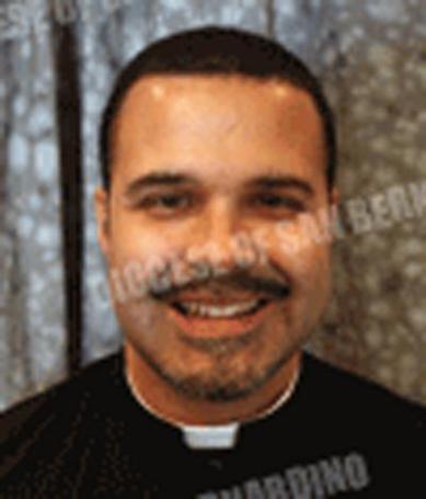 Le prêtre Marcelo De Jesumaria