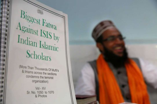 Mohammed Manzar Hasan Ashrafi Misbahi présentant le texte de la fatwa contre l'Etat Islamique